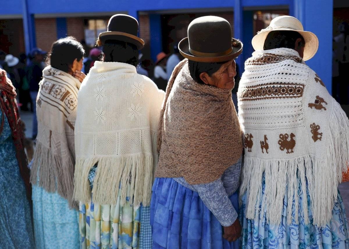 Mujeres esperan a que abra una casilla para votar en las elecciones generales afuera de La Paz, Bolivia, el domingo 20 de octubre de 2019. Foto: Jorge Saenz (AP)