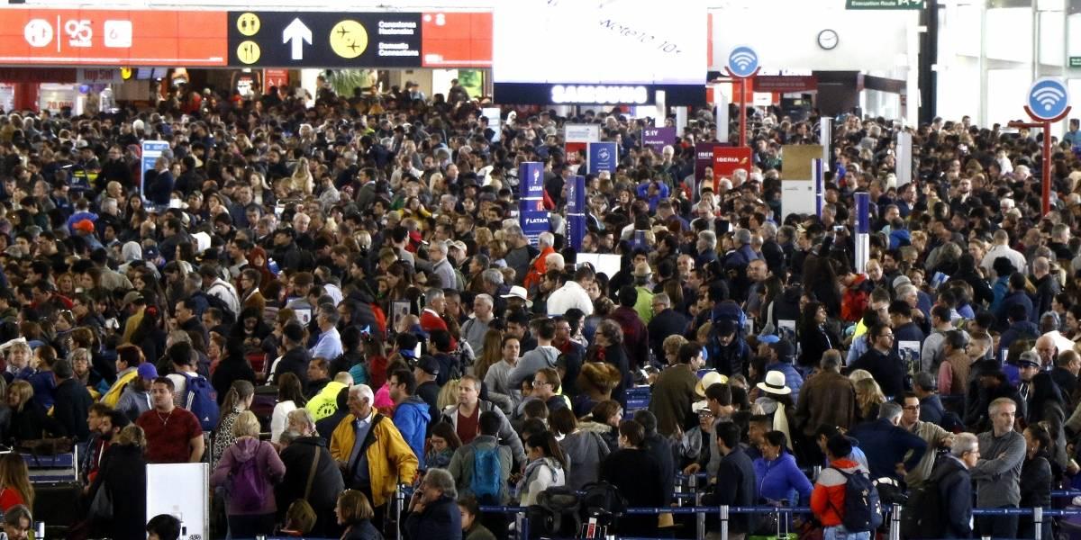 Colapsa el Aeropuerto de Santiago, en Chile: cerca de 5,000 personas varadas por toque de queda