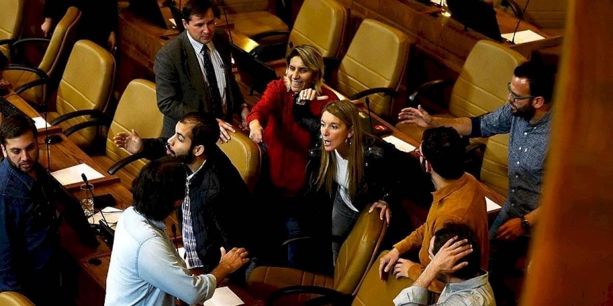 El caos se tomó la Cámara de Diputados: así fueron los enfrentamientos entre parlamentarios en medio de sesión extraordinaria