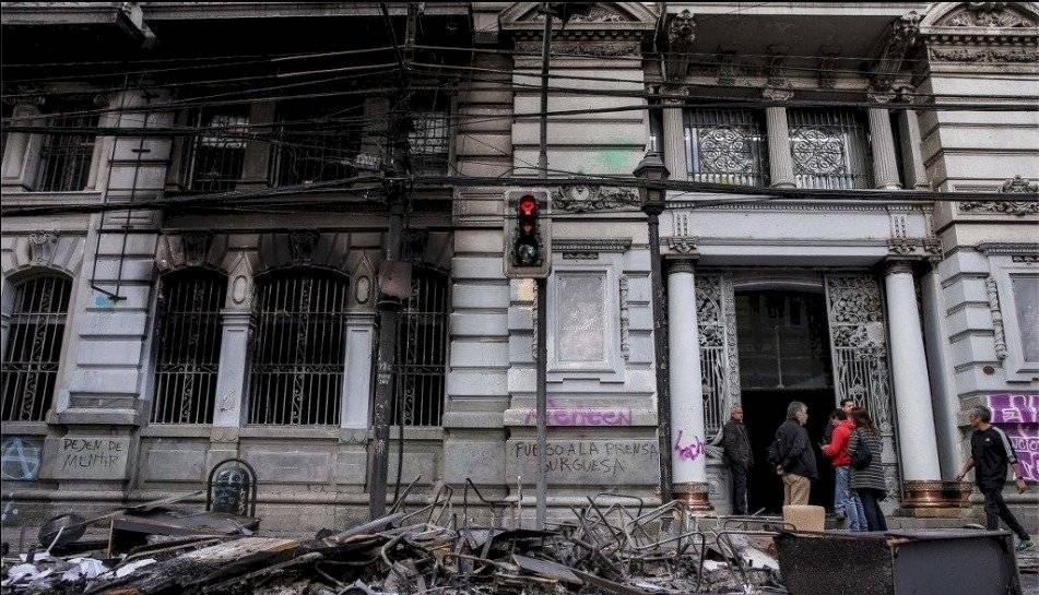 Chile: Se suspende el alza del precio del metro y se decreta toque de queda AFP