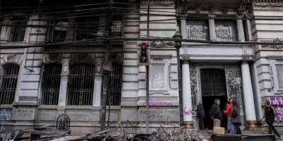 Chile: Se suspende el alza del precio del metro y se decreta toque de queda