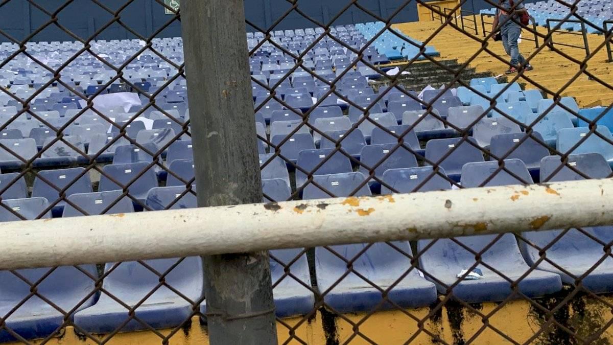 Fotografía Mynor Sandoval | Aficionados albos causaron destrucción en la general Norte del estadio de la zona 5