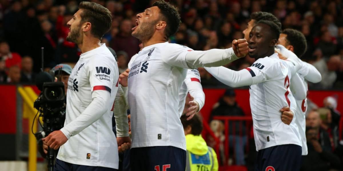 Liverpool rescata el empate contra el ManU y sigue líder