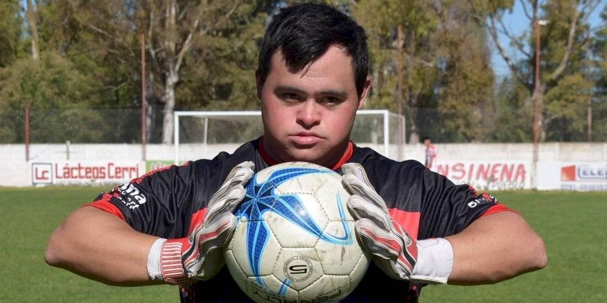 Portero con síndrome de Down debuta atajando un penal en el futbol argentino