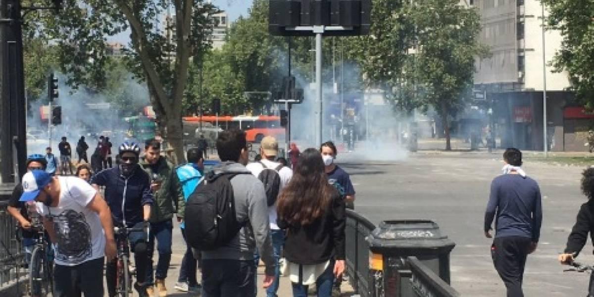 Incidentes en el centro de Santiago: Carabineros comienza a lanzar lacrimógenas a manifestación pacífica en Plaza Italia