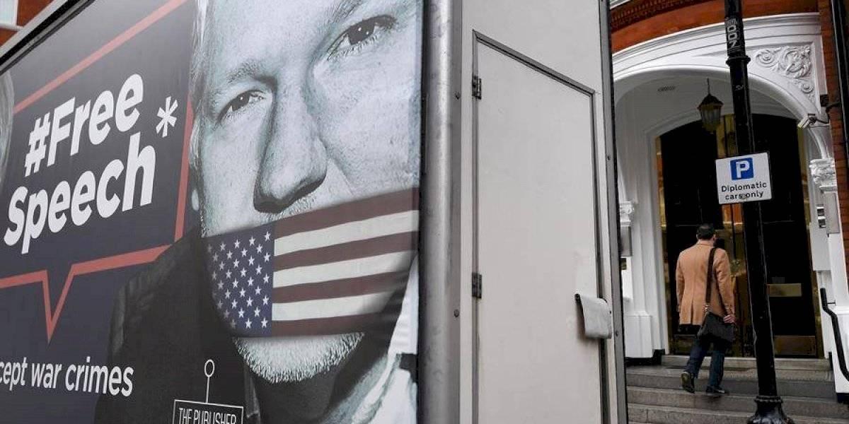 Assange comparece ante la Justicia británica con dificultades para hablar