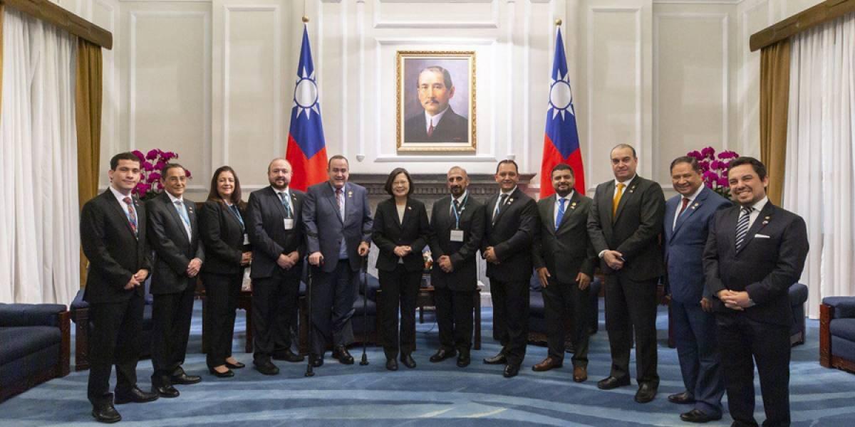 "Alejandro Giammattei realiza ""visita oficial"" a Taiwán con ministros designados"