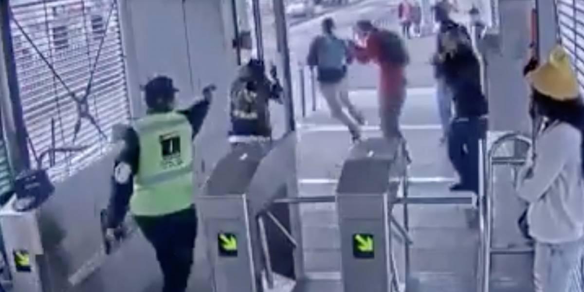 Guarda de seguridad fue despedido por usar arma de fogueo contra colados en Transmilenio