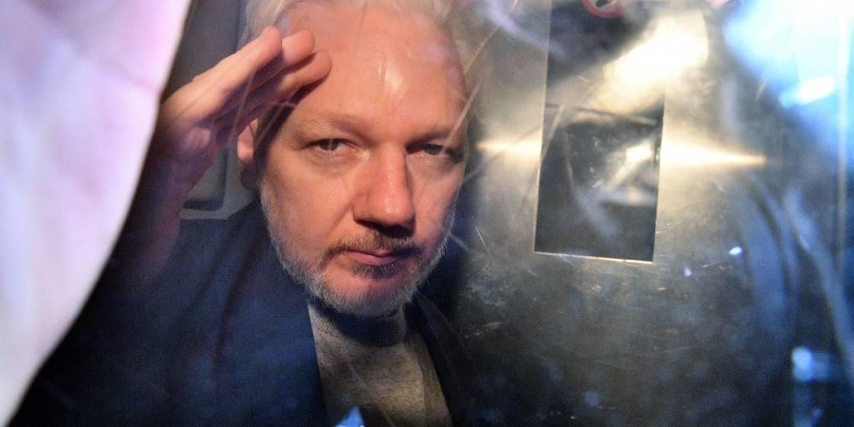 Desorientado y balbuceante, Assange comparece ante la justicia británica