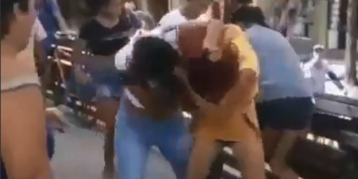En video: Lucha libre entre mujeres frente al atrio de una iglesia