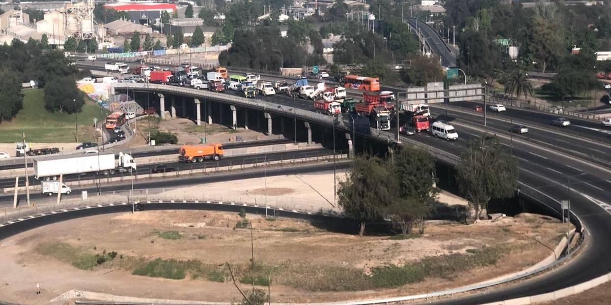 """""""Más bencina al fuego"""": camioneros bloquean el trébol de Quilicura con consignas por """"NO+TAG"""""""