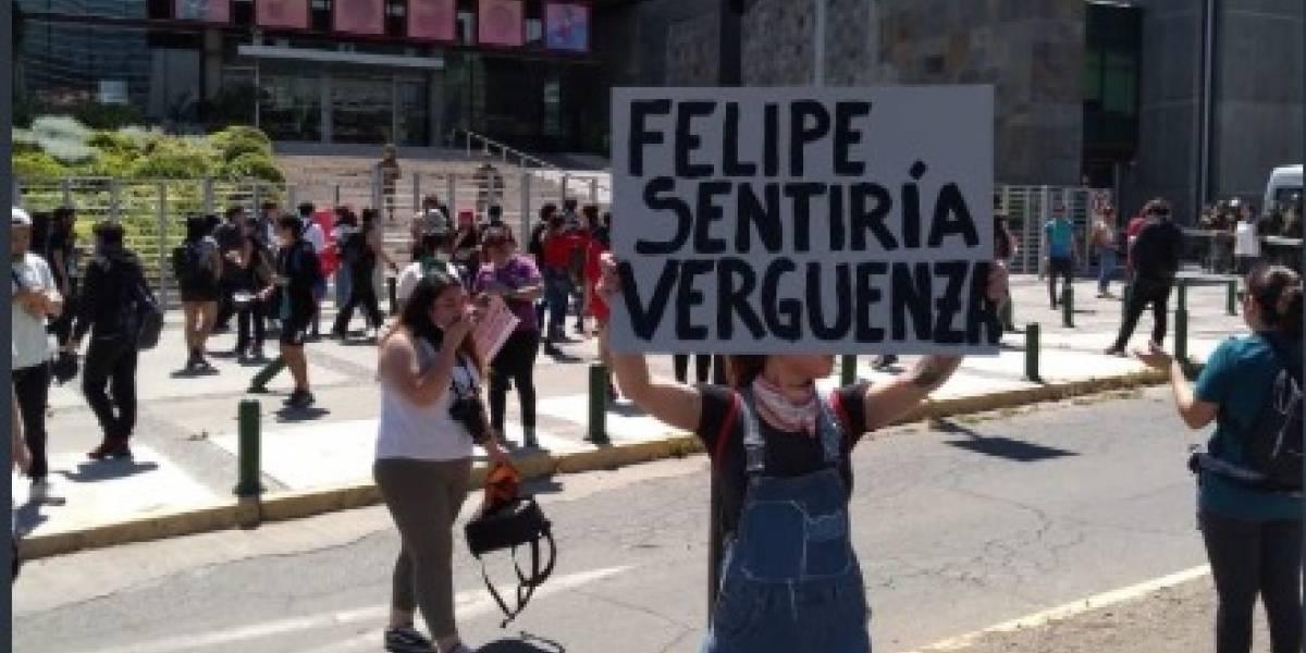 Manifestantes llegan a TVN y Mega para exigir información imparcial