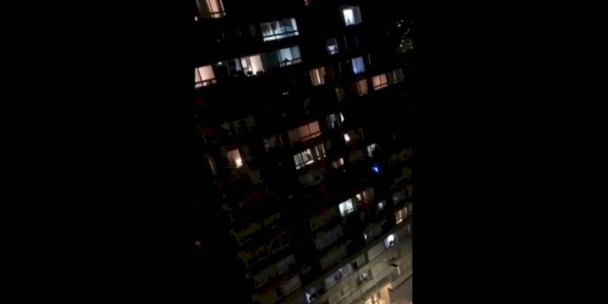 """La emotiva versión de """"Te recuerdo Amanda"""" cantada desde balcón de edificio en pleno toque de queda que se ganó los aplausos de las redes sociales"""