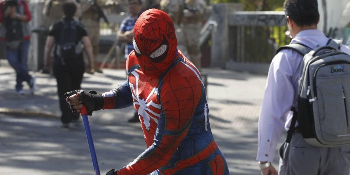 """El """"Estúpido y sensual Spiderman"""" se hizo parte de la limpieza de calles en Santiago"""