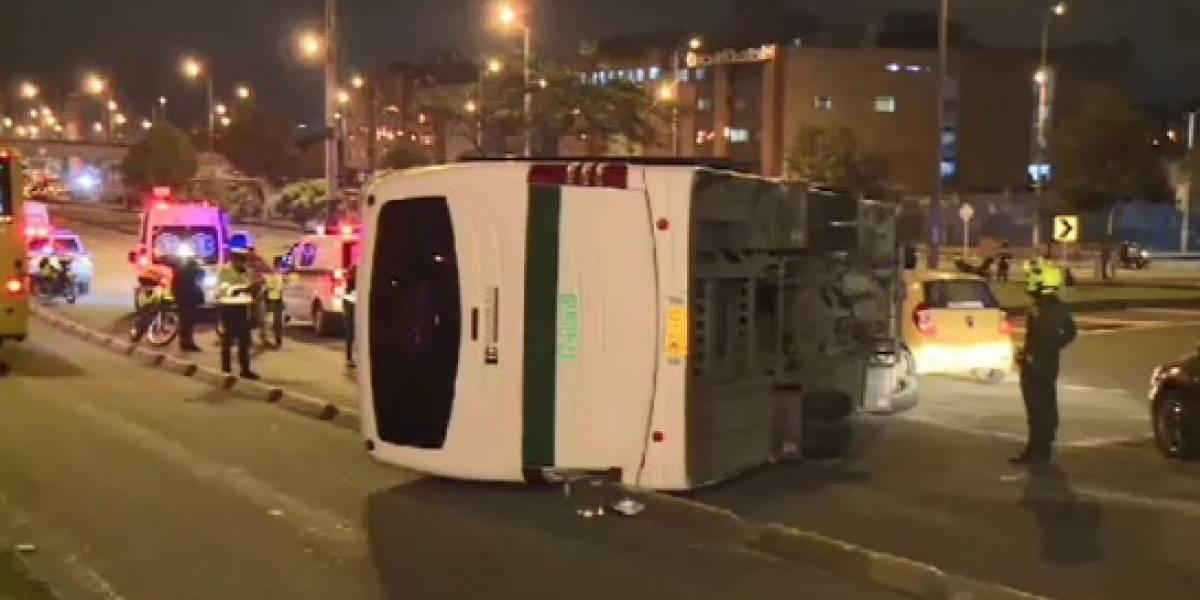 (VIDEO) Bus de la Policía se volcó y delincuentes aprovecharon para escaparse