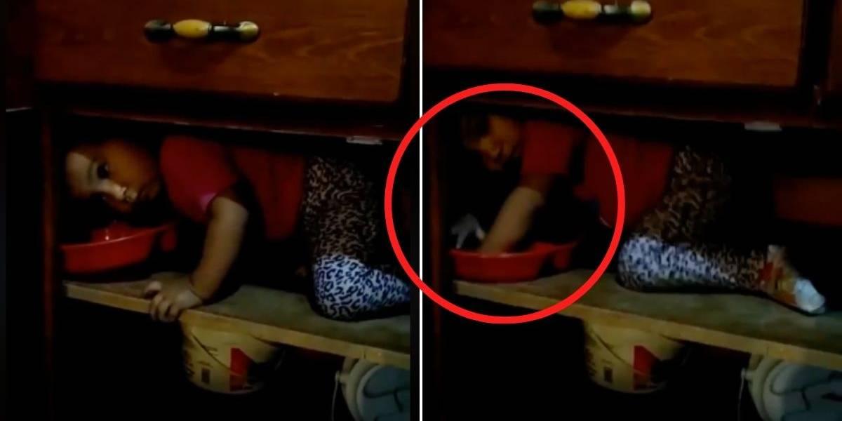 (VIDEO) Encontró a su hija jugando en la cocina la filmó y captó un aterrador fantasma