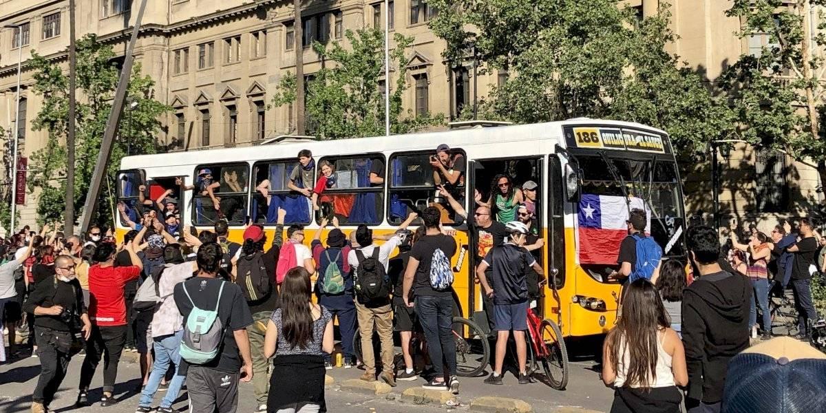Las micros amarillas volvieron a Santiago en medio de las protestas