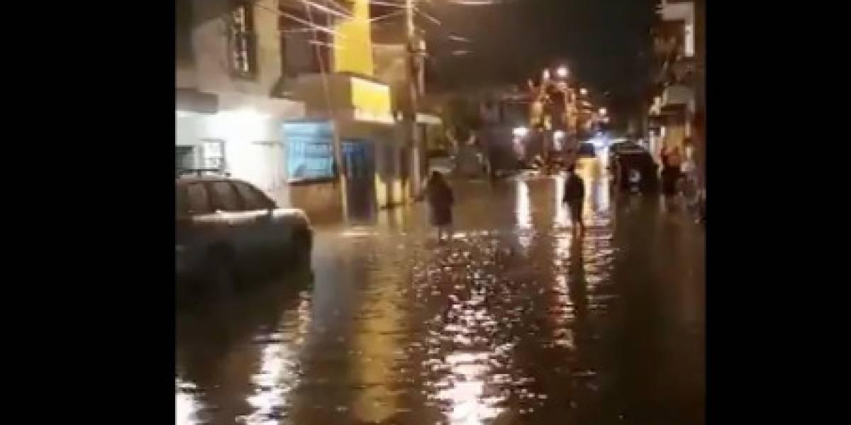 Lluvia genera inundaciones en viviendas y estación de bomberos en San Miguel Petapa