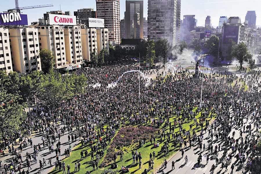 Crean llamativa carta de Mitos y Leyendas con icónica foto de las marchas en Chile
