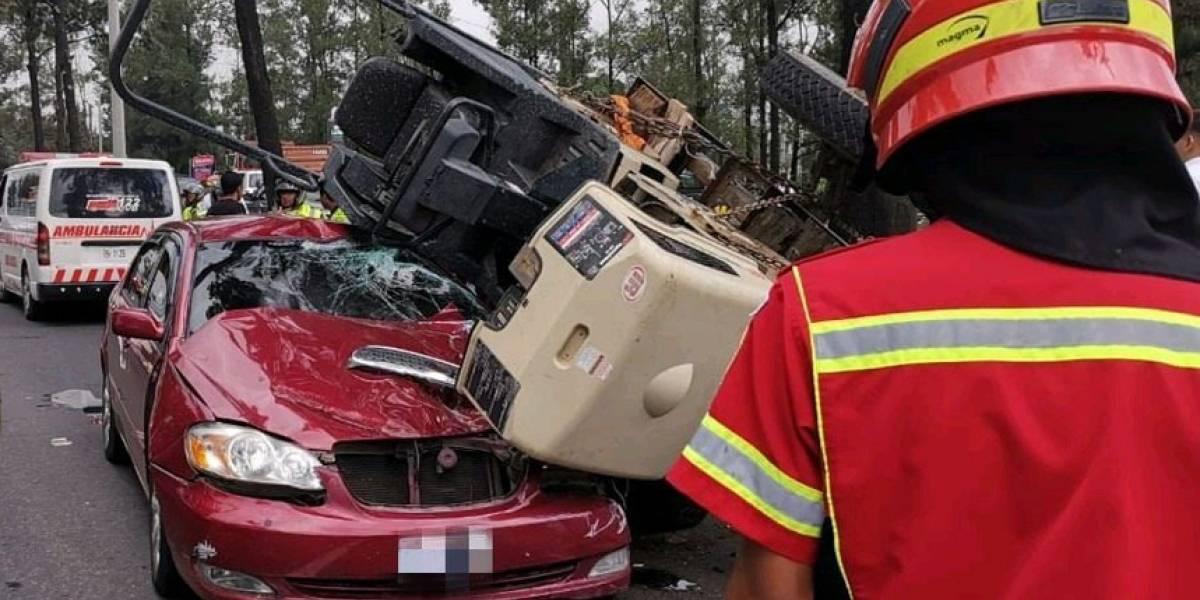 VIDEO. Montacargas cae sobre vehículo en el anillo periférico