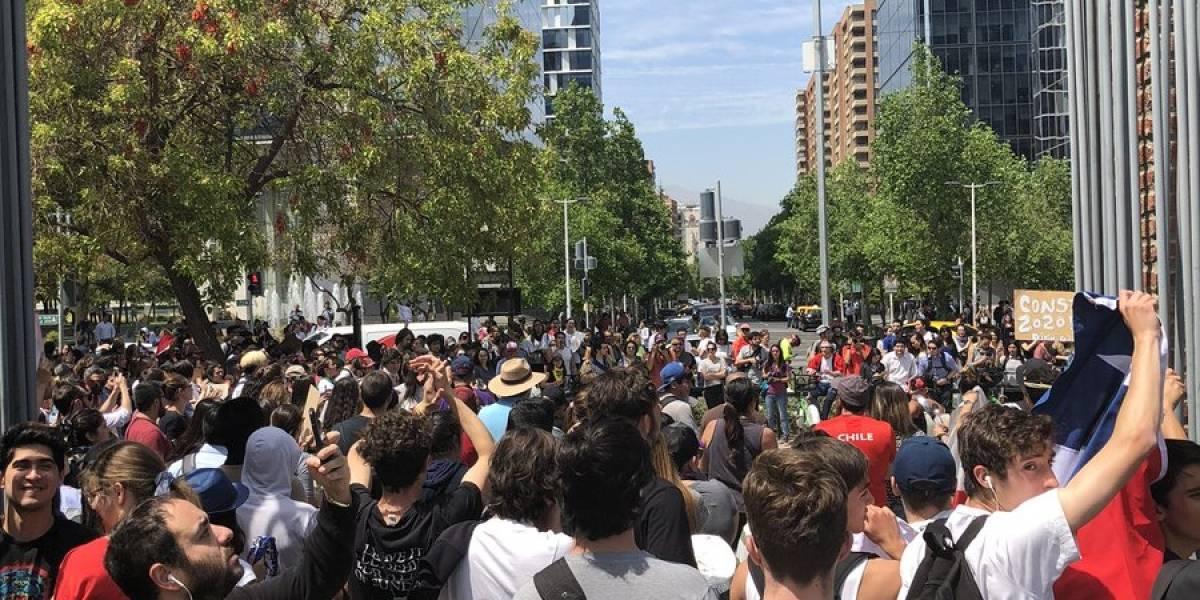 Aunque usted no lo crea: masiva protesta en el Parque Araucano ante amplio resguardo policial