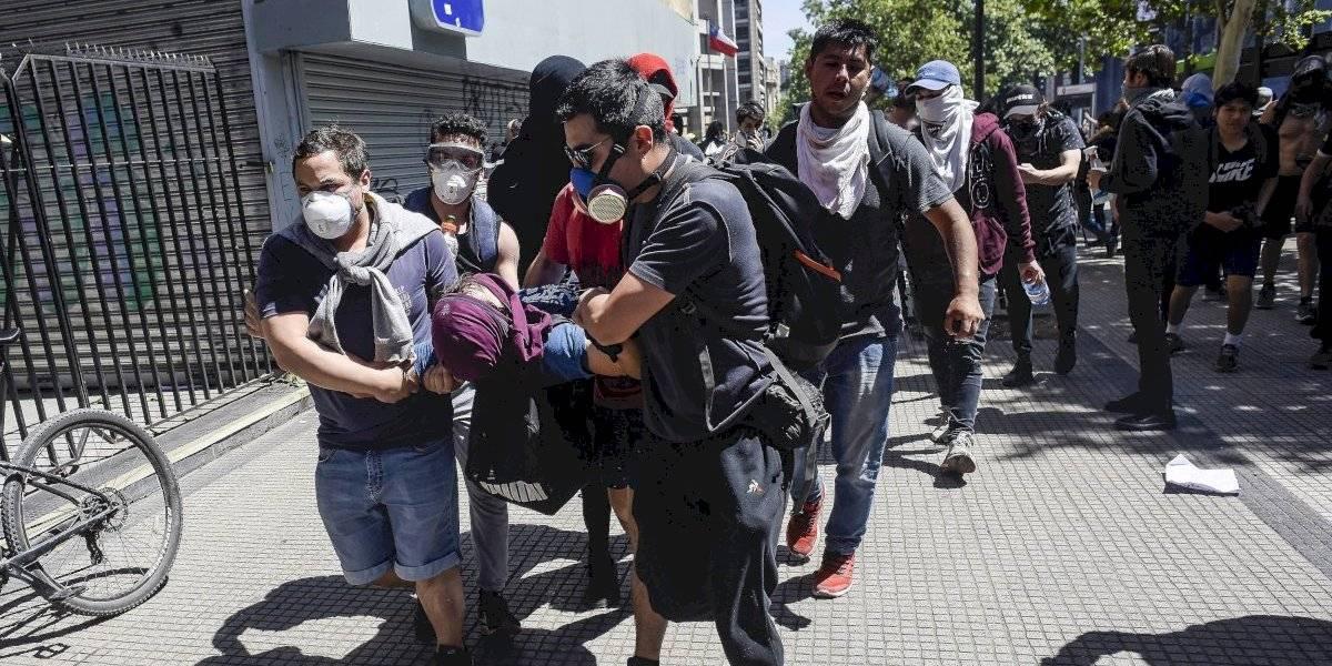 ¿Militares y carabineros están apuntando a los ojos? Colegio Médico en alerta por cantidad de manifestantes que terminan con estallidos oculares por culpa de balines