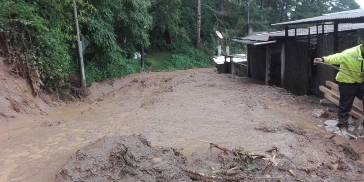 Derrumbes afectan tránsito vehicular en Santa Rosalía y Santa Catarina Pinula