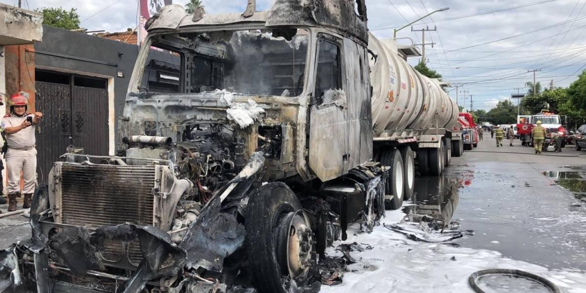 Desalojo en calles tapatías por amenaza de explosión de tráiler que transportaba diésel