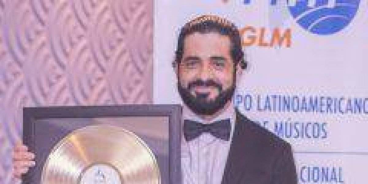 Entregan discos de oro y platino a Elvis Samuel Méndez por sus composiciones