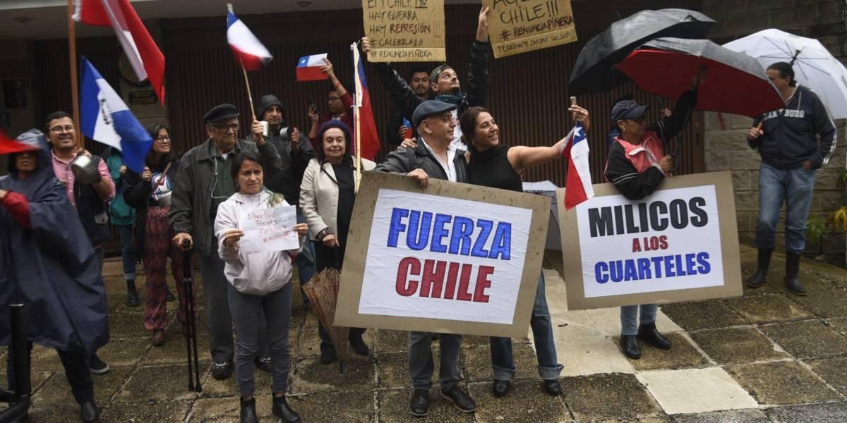 Realizan plantón de solidaridad frente a embajada de Chile en zona 14