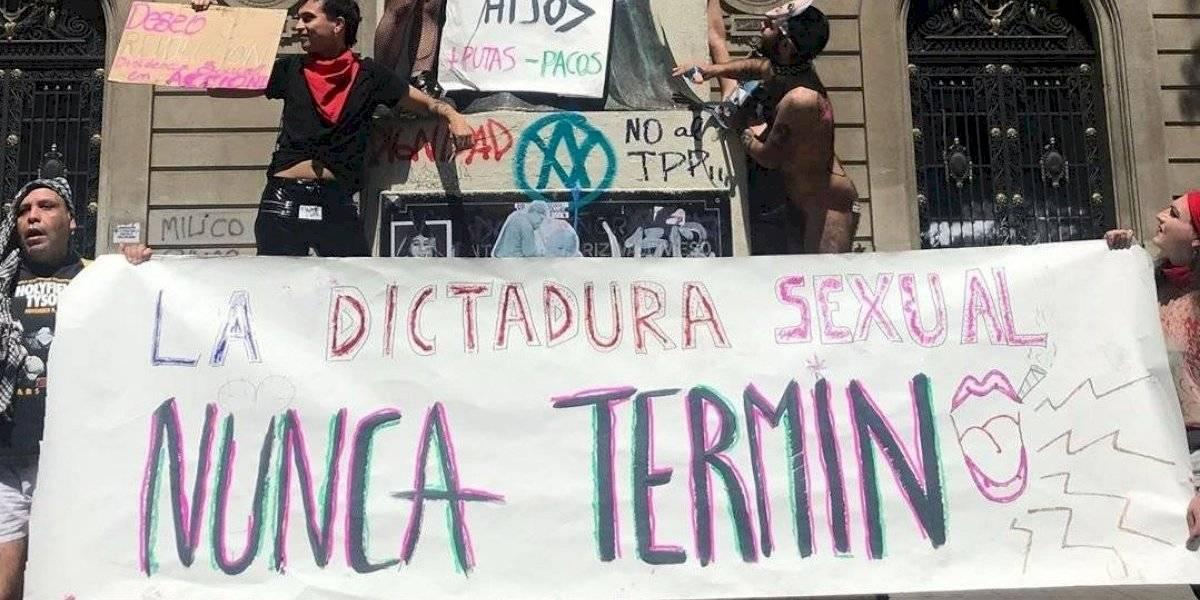 Dictadura Sexual: polémica por protesta con vibradores en frontis de la Universidad Católica