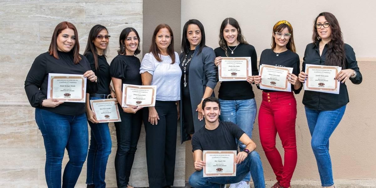 Empleados de Plaza Las Américas se gradúan de su curso de lenguaje de señas