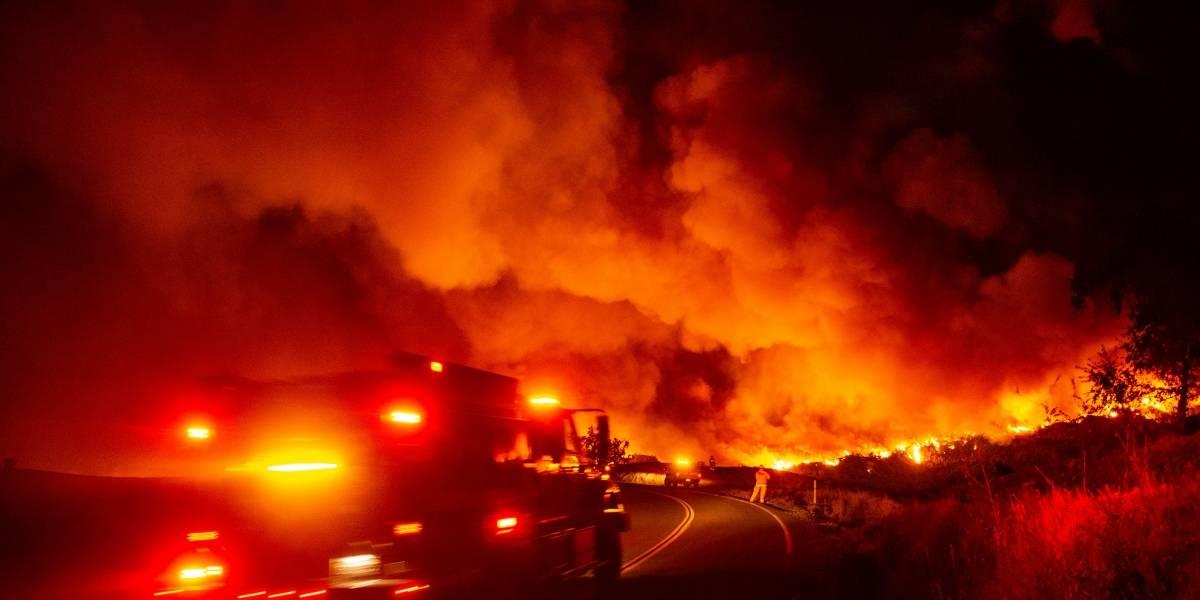 VIDEO. Evacúan a 50 mil personas por incendios en California
