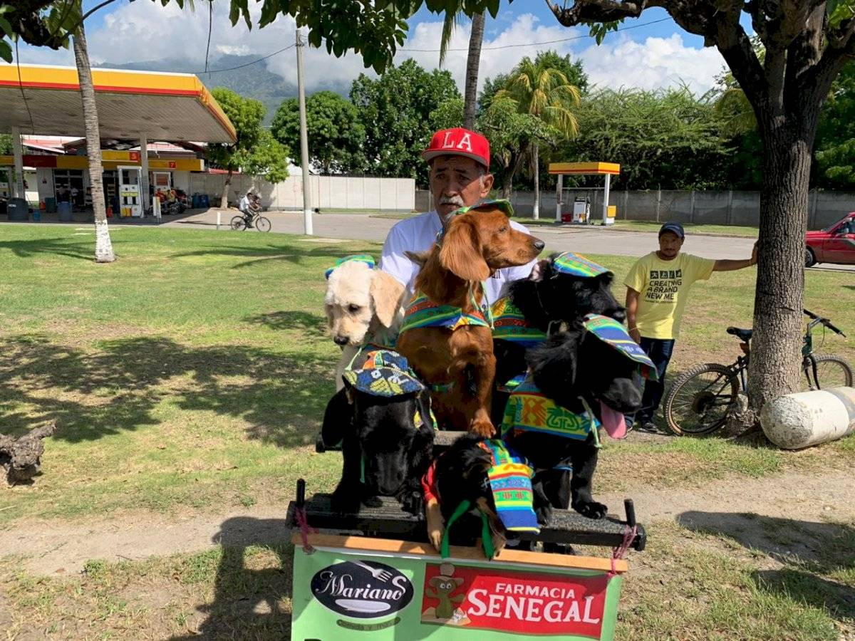 Foto Mynor Sandoval | Don Carlos fue acompañado por sus mascotas durante la tercera etapa de la Vuelta a Guatemala