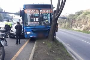 Quito: Accidente de bus en la Av. Simón Bolívar deja un herido y cierre vial