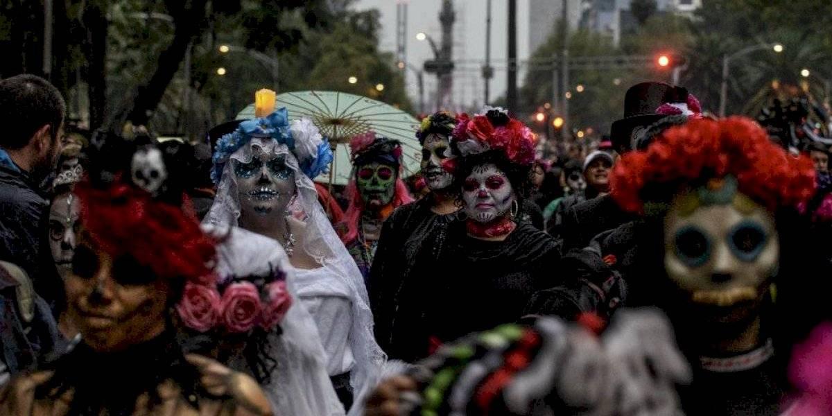 Catrinas se apoderan del Paseo de la Reforma y llegan al Zócalo