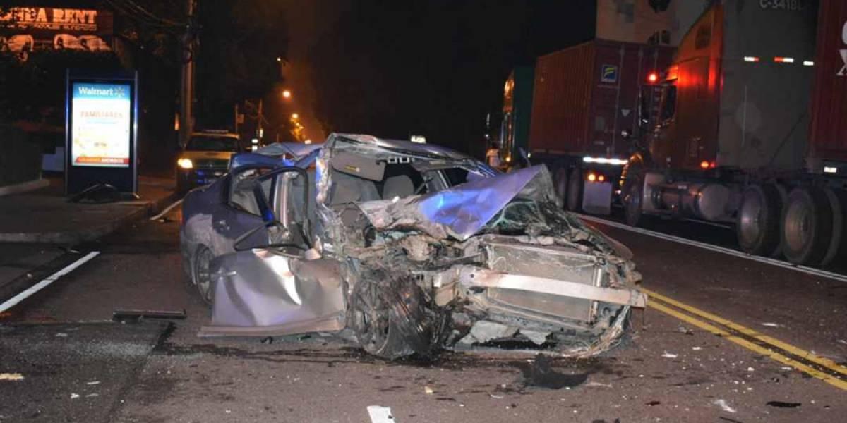 VIDEO. Fuerte accidente en avenida Hincapié deja a dos personas heridas