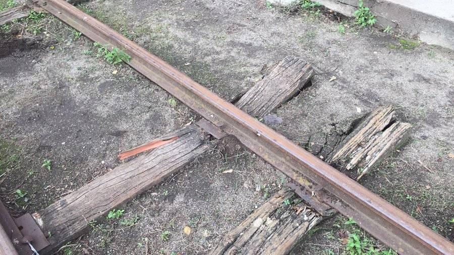 Varios durmientes podridos fueron sustituidos durante el primer recorrido del tren. Oliver de Ros