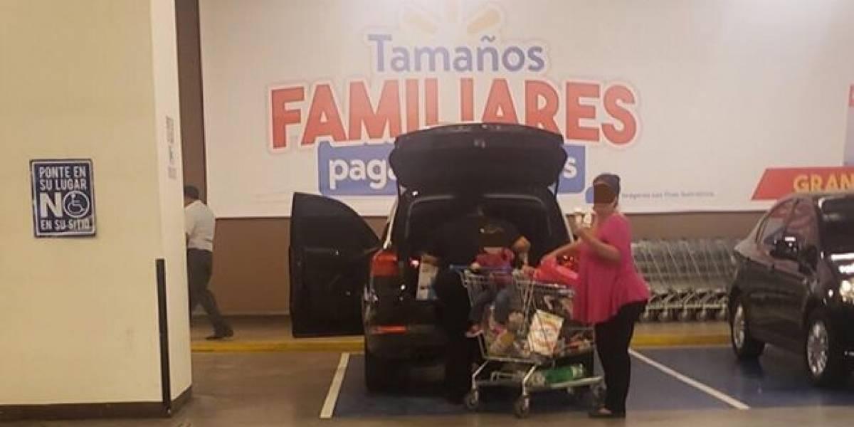 Mujer encara a familia que habría utilizado sin necesidad un parqueo especial
