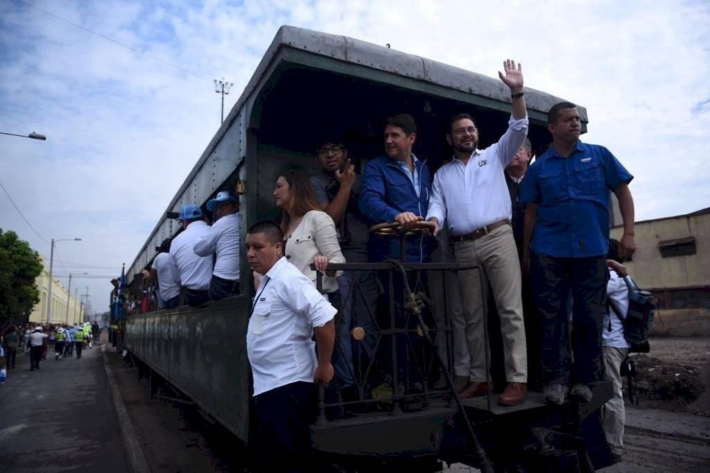 A pocos metros, el vagón en el que viajaban las autoridades se descarriló por lo que detuvieron la marcha. Oliver de Ros
