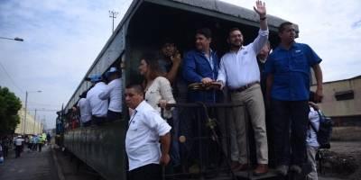A pocos metros, el vagón en el que viajaban las autoridades se descarriló por lo que detuvieron la marcha.