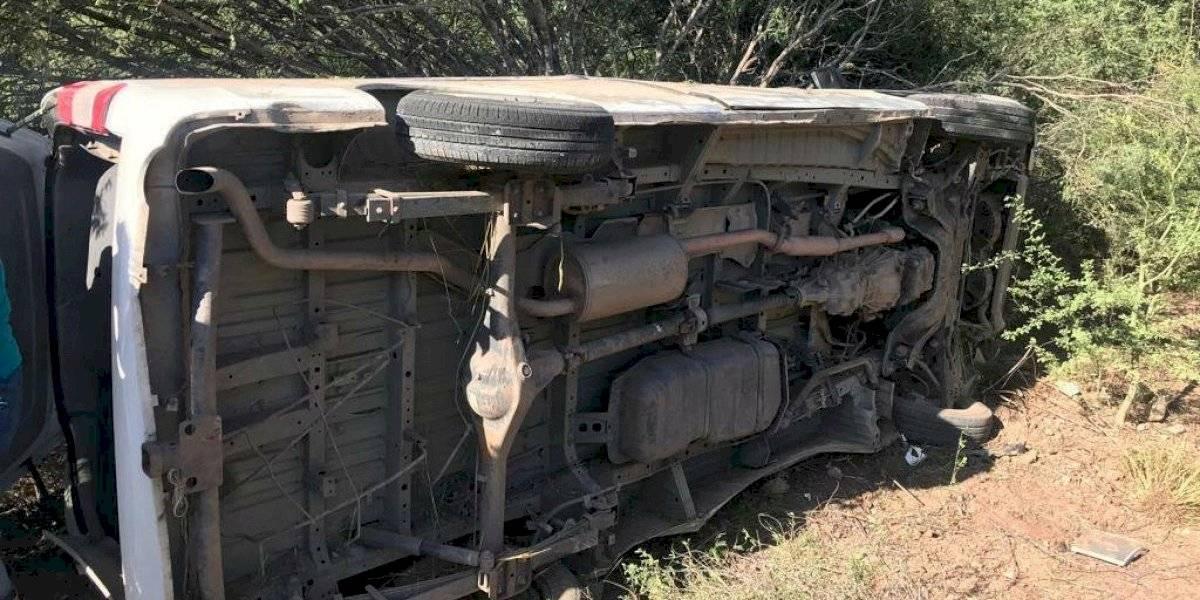 Vuelca camioneta con reporteros que cubrían gira de AMLO en Sonora