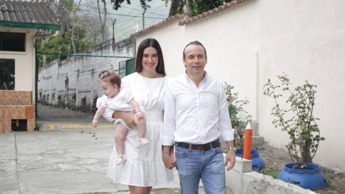 Alejandro Eder Garcés ejerció su derecho al voto en compañía de su esposa, Taliana Vargas, y su hija, Alicia María. Foto: Prensa Alejandro Eder