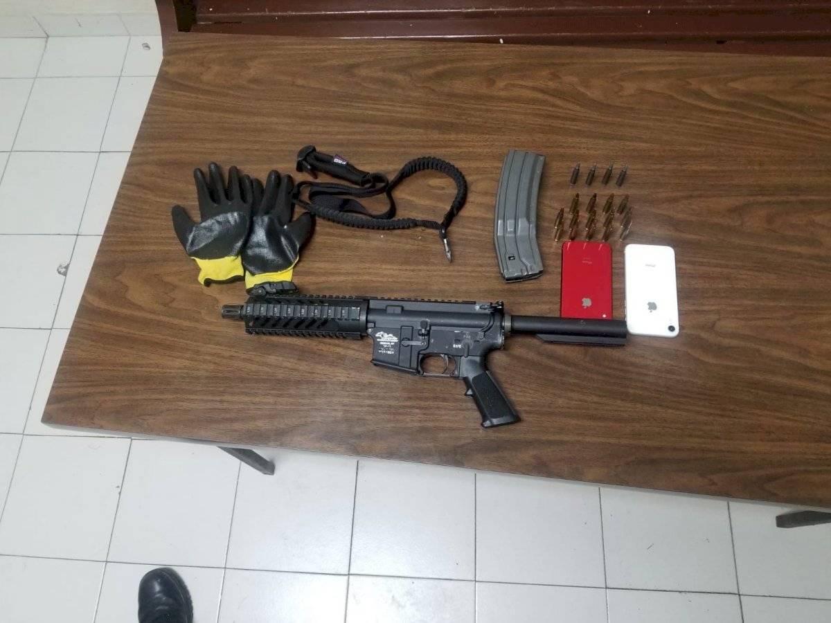Sorprenden a dos jovencitos disparando hacia residencial en Naranjito - AR-15