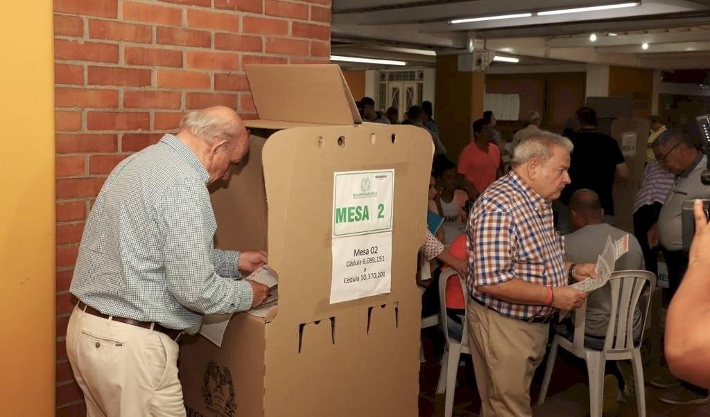El actual alcalde de Cali, Maurice Armitage, también ejerció su derecho al voto. Foto: Alcaldía de Cali