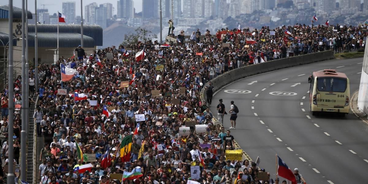 Multitudinaria marcha en Valparaíso: manifestantes se dirigen hasta el Congreso para protestar