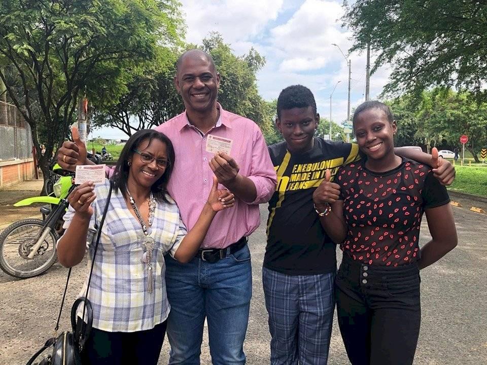 Danis Rentería Chala llegó a su puesto de votación con su familia. Foto: Facebook Danis Rentería