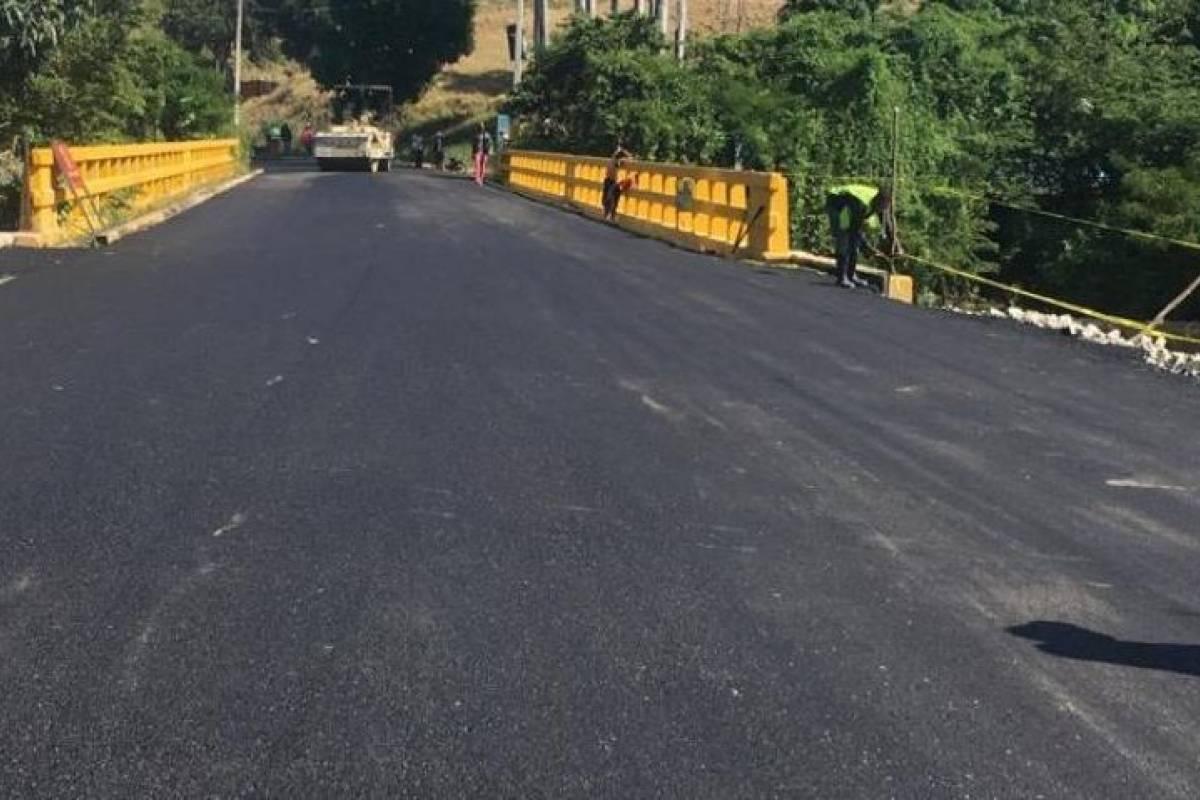 MOPC restablece tránsito por puente comunica a Vallejuelo con El Cercado - Metrord
