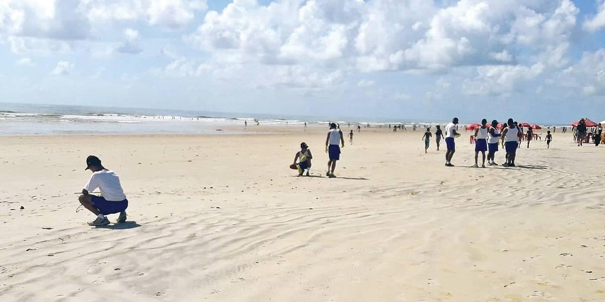 Manchas de óleo atingem novas praias do sul da Bahia