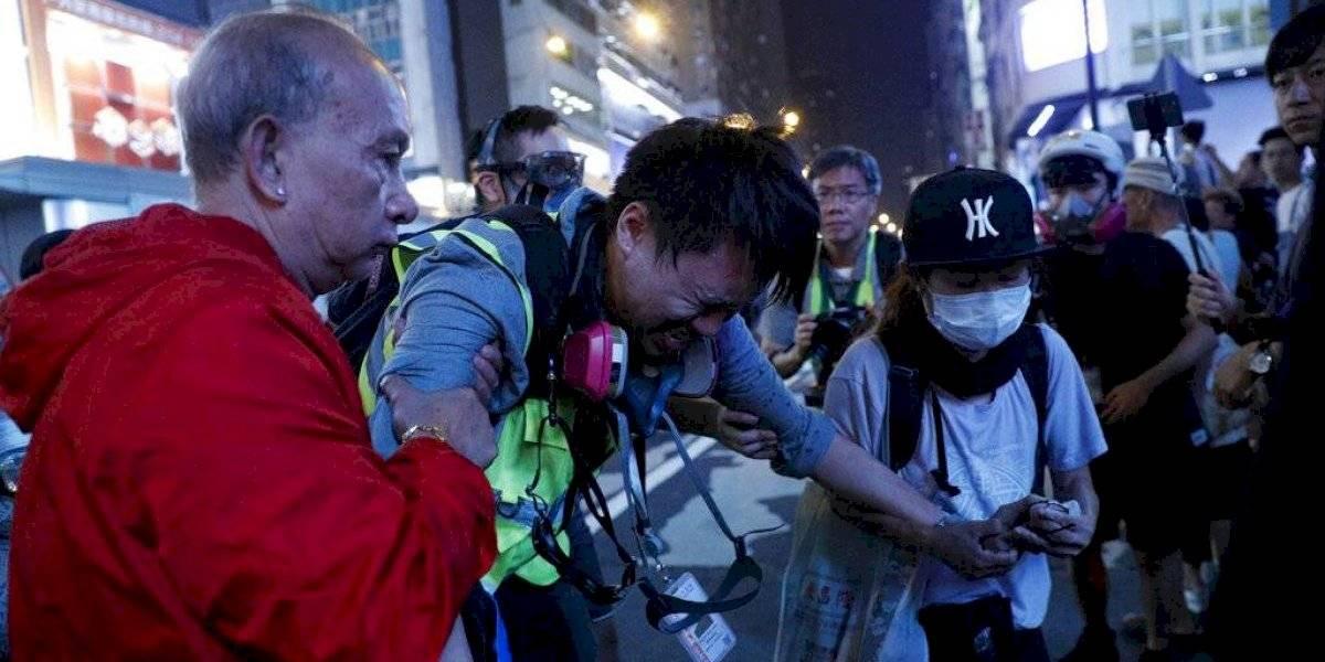 Reportera de Hong Kong acusa a la Policía de atacar a medios